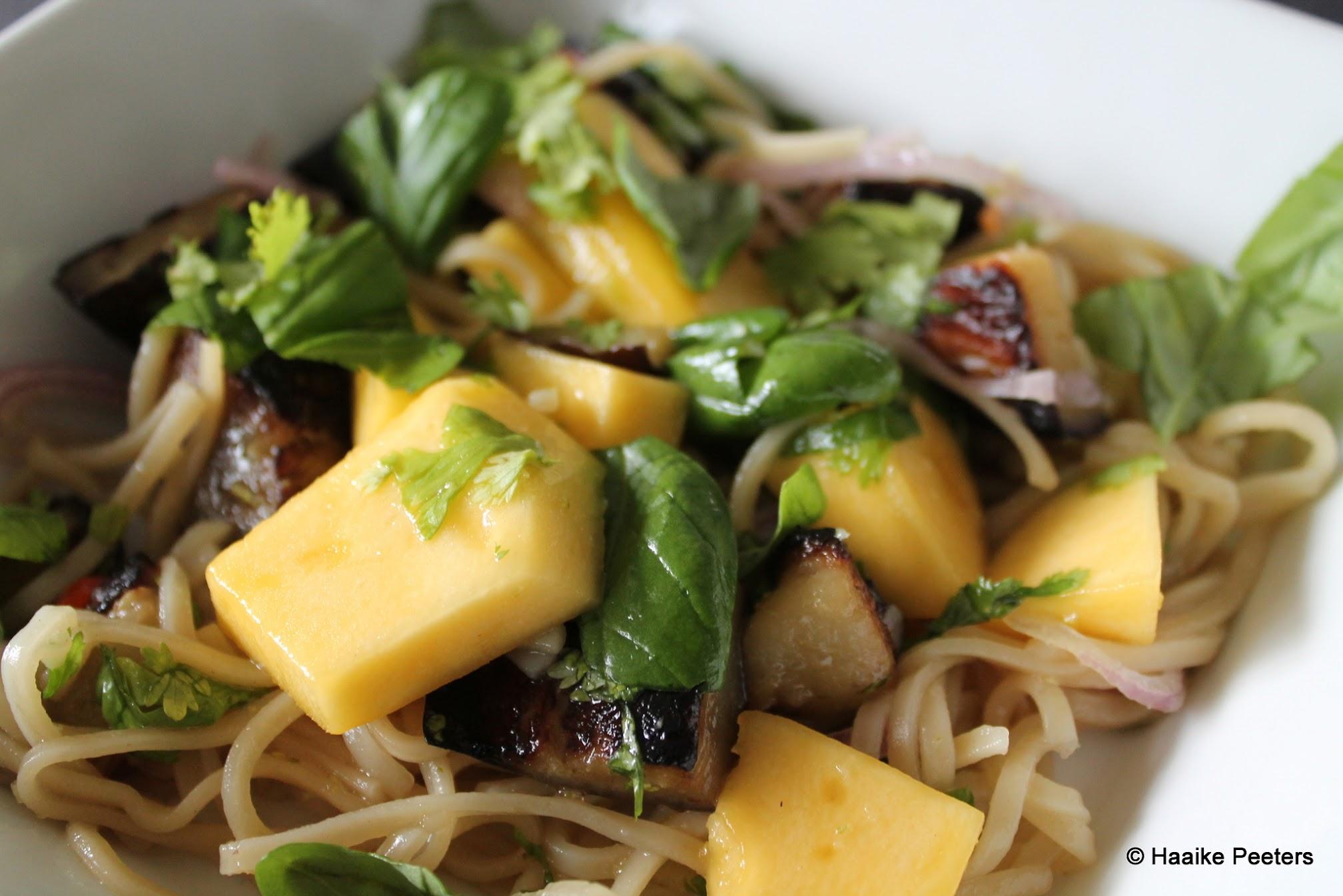 Noedels met mango en aubergine (Plenty)