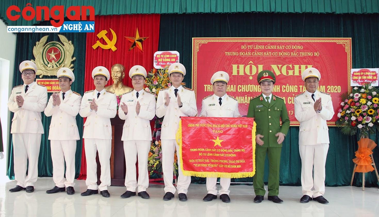 Thừa ủy quyền của Thủ tướng Chính phủ, Trung tướng Phạm Quốc Cương – Tư lệnh CSCĐ trao Cờ thi đua của Chính phủ cho Trung đoàn CSCĐ Bắc Trung Bộ