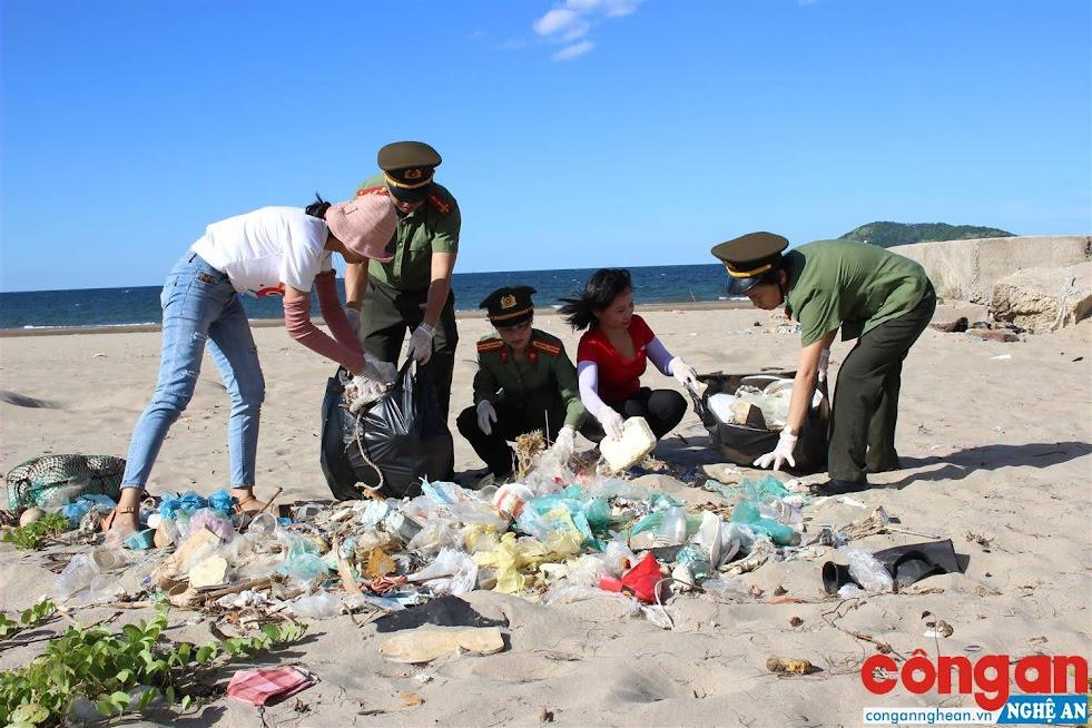 ĐVTN Báo Công an Nghệ An thu gom rác thải tại bãi biển Cửa Lò