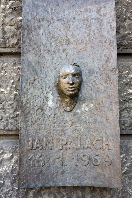 Посмертна маска Яна Палаха на будинку філософського факультету Карлового університету в Празі