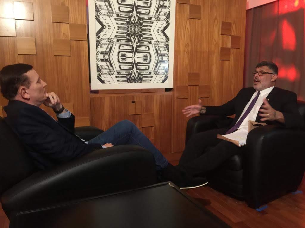 Roberto Cabrini conversa com Alexandre Frota (Foto: Divulgação/SBT)