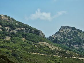 Photo: Η ανεμοπύλα ανάμεσα στην Πρόκα και τον Προφήτη Ηλία.