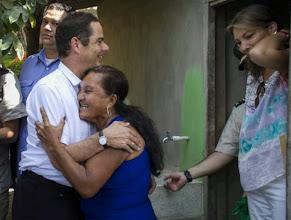 Photo: El Ministro de Vivienda, Germán Vargas Lleras, abraza visiblemente emocionado a una de las personas beneficiadas con el programa de conexiones intradomiciliarias en el barrio Evaristo Sourdis, en Barranquilla.