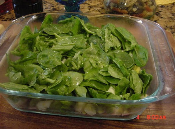In a casserole or lasagna dish, put the first layer of spinach.