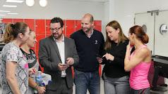 Responsables y usuarios de la piscina viendo la app.