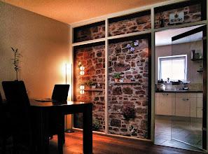 Photo: GLAVIVA • Digitaldruck auf Glas • www.glaviva.de  Glastrennwand zwischen Wohnzimmer, Esszimmer und Küche • Individuelles Glaviva- Glasdesign (© Wolfgang Dehmel) als Großformatdruck auf Glas in einem Privathaushalt