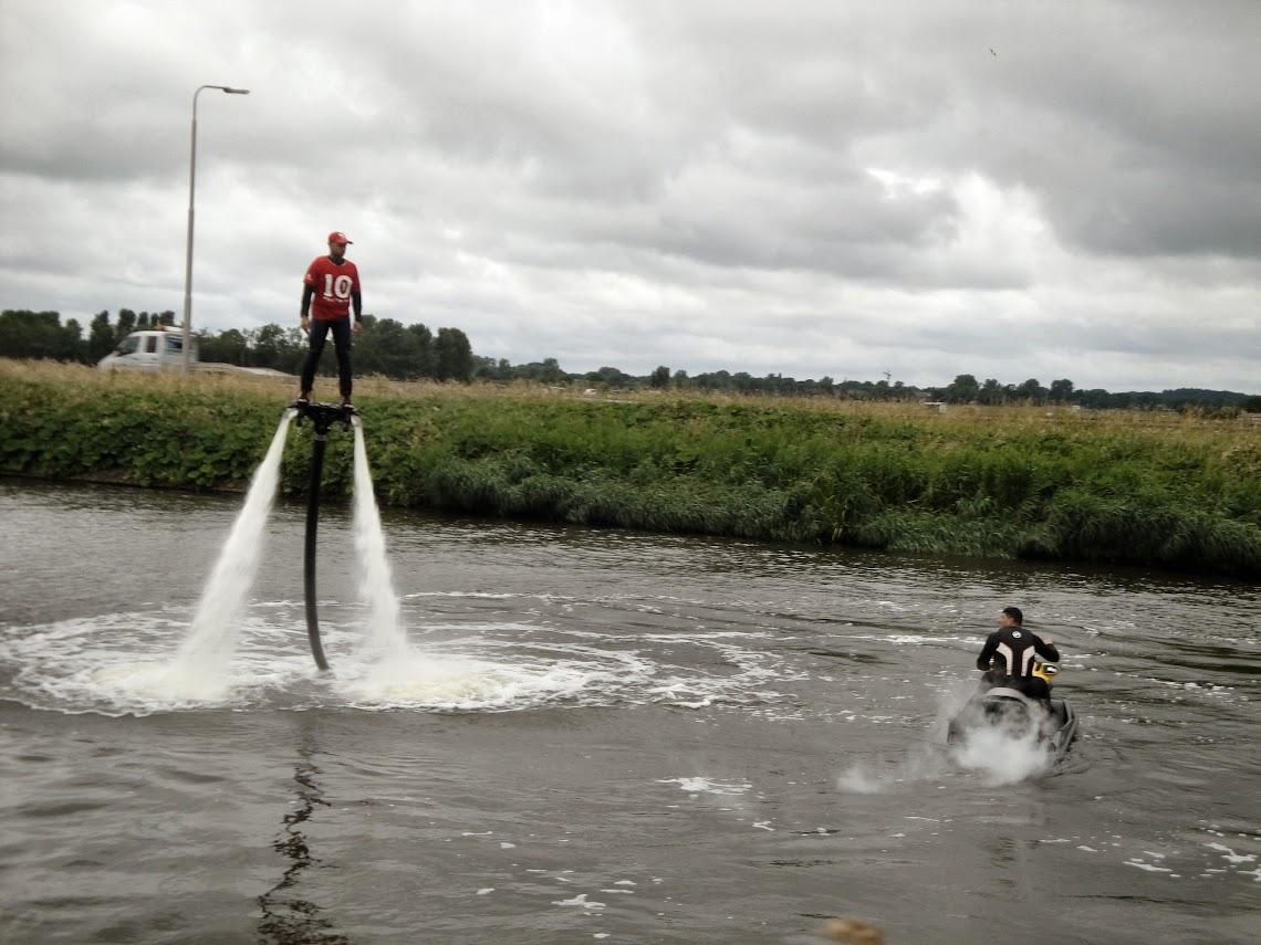 Demonstratie flyboarden op het Noord-Hollands kanaal