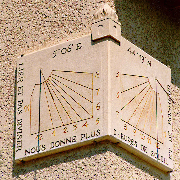 deux cadrans à l'angle d'une maison en Drome Provencale