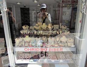Photo: Ohridin kalansuomuista tehtyjä helmiä yritettiin myydä kaikkialla (ja Pirkko)