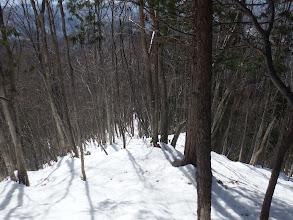 雪の斜面を降りる