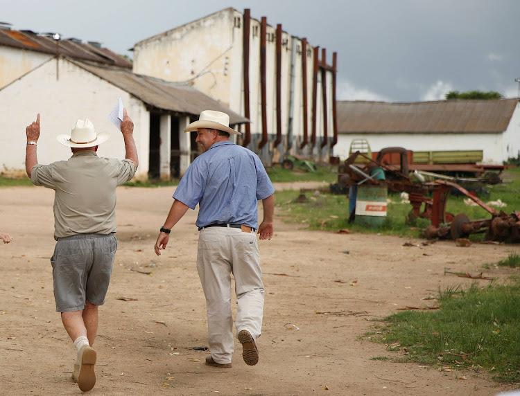 White Zimbabwean farmers return to seized land