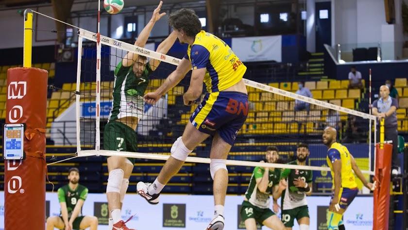Guilherme Hage superando en la red a Esteban Villarreal.