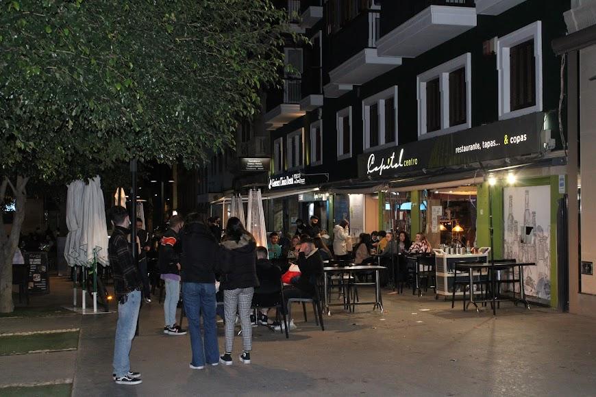 Terrazas con gran animación en la Plaza Marqués de Heredia.