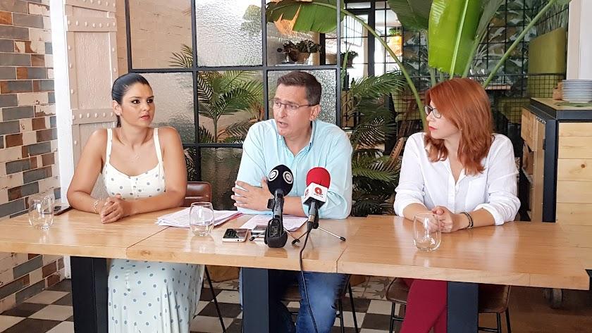 Sánchez Teruel, junto a Noemí Cruz y Ángeles Castillo.