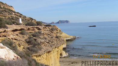 Photo: På många ställen är det ett rejält stup ner till havet