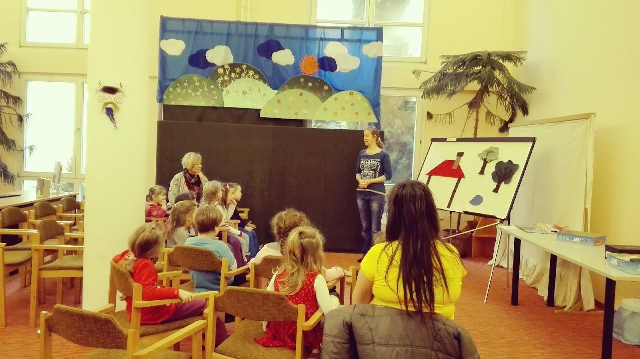 Tóth Karolina mesél a gyerekeknek