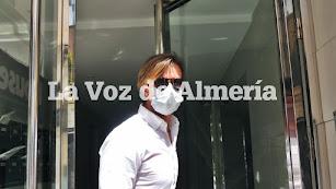 José María Gutiérrez, Guti, en el portal de la clínica.