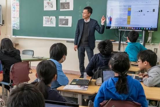 先生とクラスで学ぶ生徒