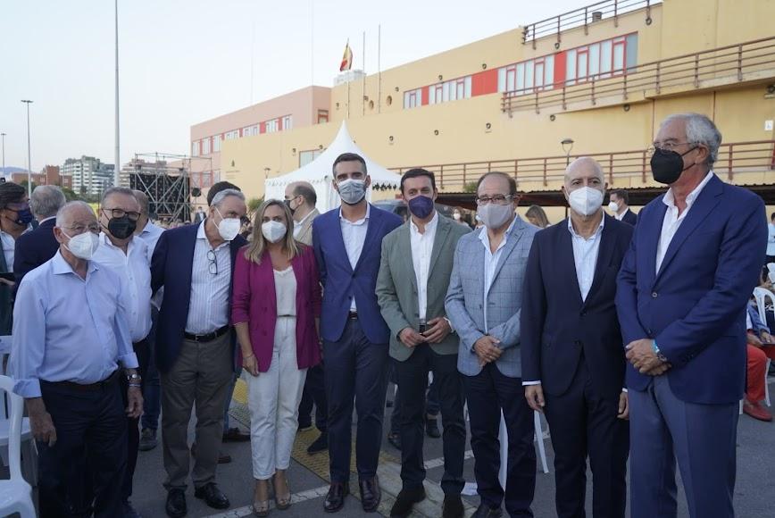 El director de La Voz y la consejera de Fomento, junto a dirigentes y cargos institucionales del PP y empresarios.
