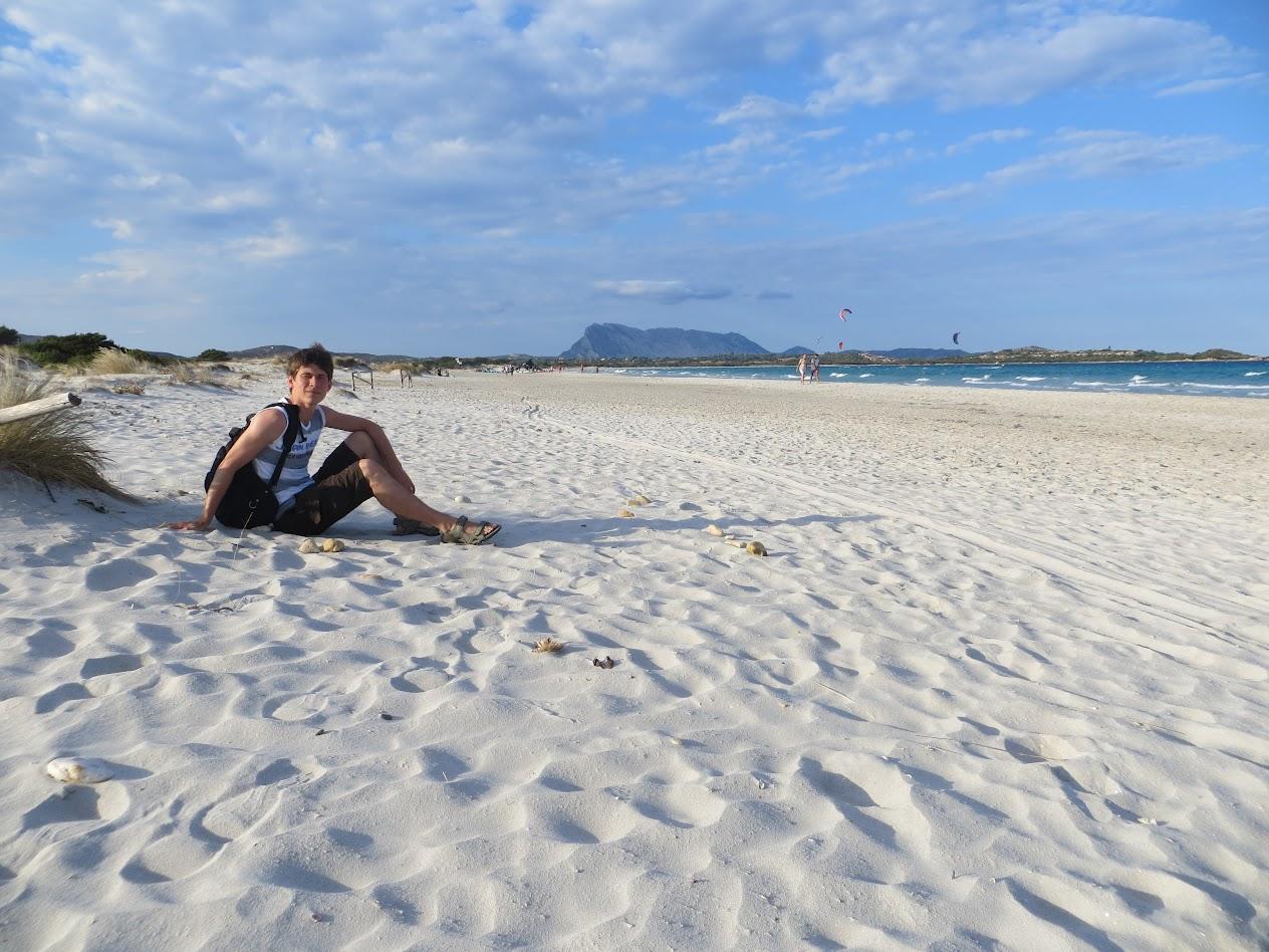 Сижу на пляжу. Ветренно. ВиндСерферы на фоне