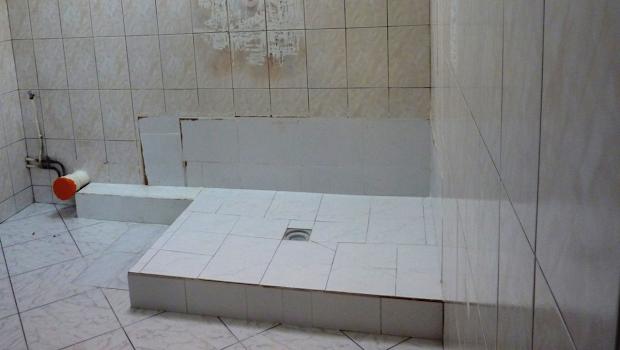recouvrir le carrelage de sa salle de bain grâce au béton ciré chantier de rénovation par Les Bétons de Clara