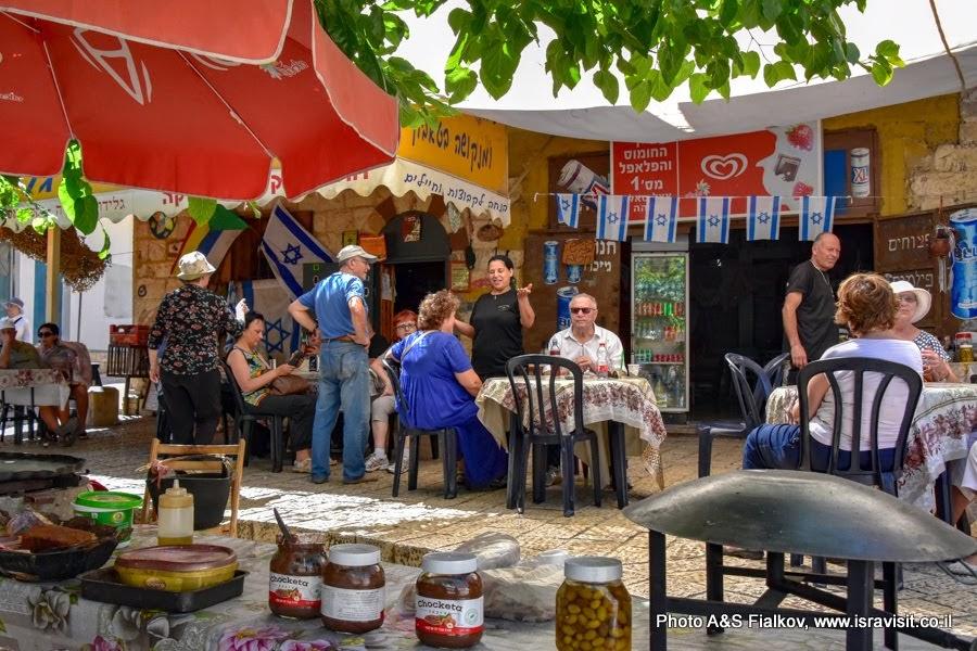 Друзское кафе на площади в Пкиине. Экскурсии в Израиле.