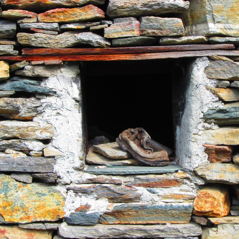 le scarpe ,fuori dalla finestra.. di scimicamp.fp