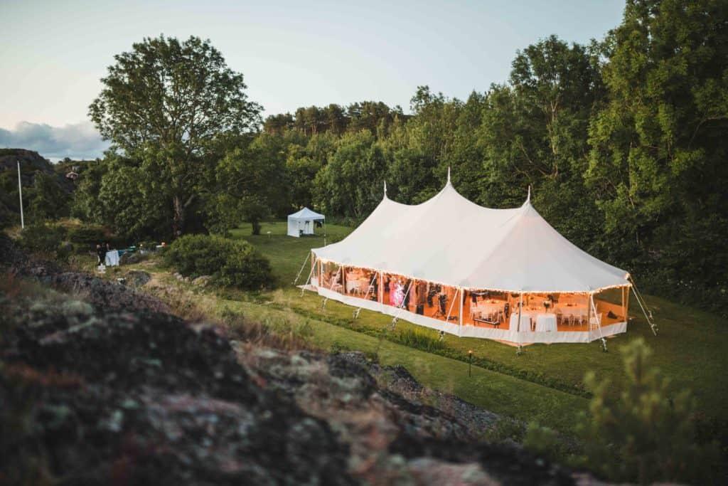 Teltbryllup i hagen på Sørlandet.