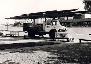 Photo: 1960-1970 Odense Roklub. Ølbil venligst udlånt af Albani til brug til transport af både i forbindelse med kaproninger. På ladet lå ikke alene årer, rigge og roernes bagage. Faktisk lå roerne også i på ladet under transporten. Ladet blev afdækket med en plast-dug. Og når man skulle med Storebæltsfærgen blev alle roere helt stille - for så slap man for at betale persontransport. Som regel var Øl-Henning chauffør, som i øvrigt snilt kunne drikke en kasse øl om dagen.