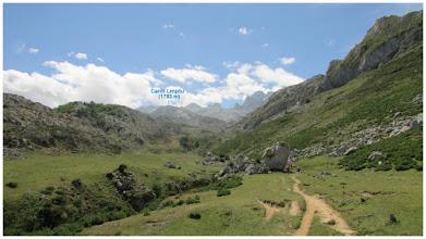 Photo: Vega de Canraso (1228 m). Al fondo en un plano central, destaca la figura del pico Canto Limpóu (1783 m). Por detrás de este, figuras muy destacadas de los Picos de Europa. Seguimos dirección sur. Hay piedras colocadas de manera estratégica a lo largo de la vega, para que sirvan como orientación en caso de niebla.