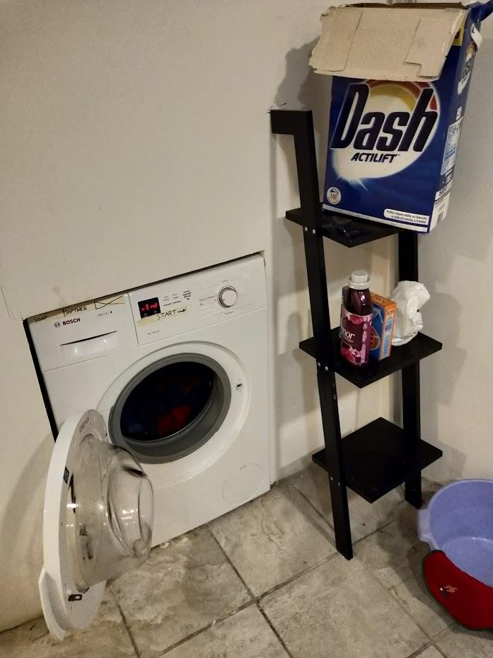ローマのホテルのベースメントにあった洗濯機。洗剤等も含めて無料で自由に使えた