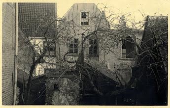 Photo: 1950 Achtergevels van panden, gelegen op de hoek van de Haagsemarkt met de Doelenstraat.