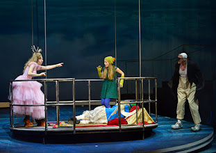 Photo: WIEN/ Akademietheater: DIE SCHNEEKÖNIGIN - Märchen von Hans Christian Andersen. Inszenierung: Anette Raffalt, Premiere 15. November 2014. Nadia Migdal, Alina Fritsch, Andre Meyer. Foto: Barbara Zeininger
