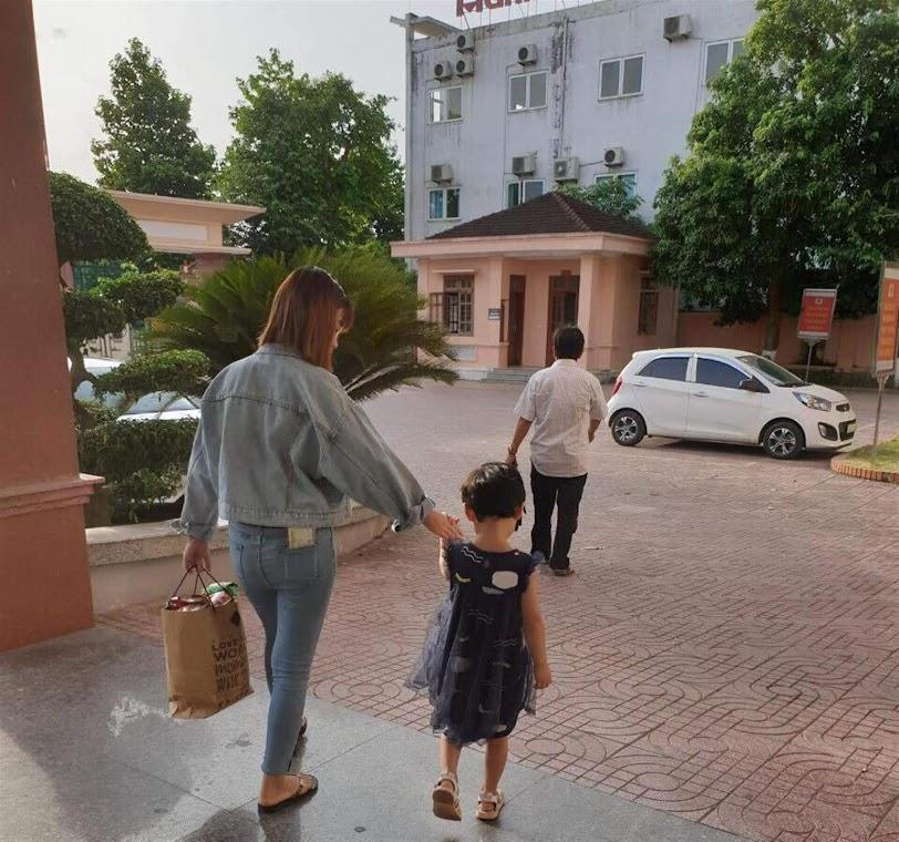 2 mẹ con N. được giải cứu về Việt Nam ngày 15/6