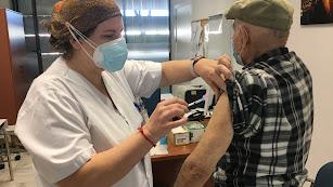 Un mayor, vacunándose este miércoles en Almería.