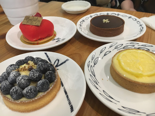 藍莓乳酪塔及愛心造型甜點好吃!店內抵消一杯飲料或一份甜點很實在
