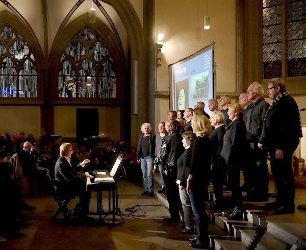 Gesangsgruppe in der überfüllten Antoniter-Kirche in Köln.