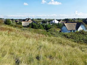 Photo: die Siedlung am Rand der Dünen