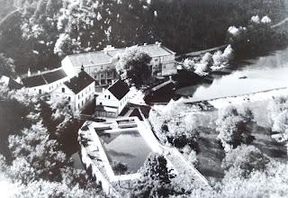 Photo: Hotel Gruber -  Z nepoužívané budovy čtvrtého mlýna vznikl hotel na začátku 30. let 20. století. Lákal výletníky z Brna i Vídně. Aby uspokojil i choulostivé hosty, vznikl na jeho zahradě i bazén.