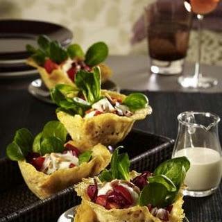 Parmesankörbchen mit Salat