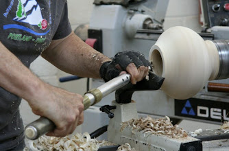 Photo: Clif has removed the tailstock and is now hollowing in earnest with a bowl gouge.
