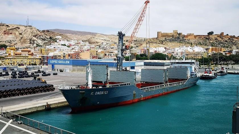 Operación de carga de un buque en el puerto de Almería