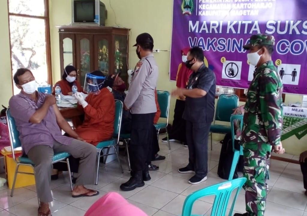 Babinsa Pos Kartoharjo Koramil Tipe B 0804/08 Barat Pantau Giat Vaksinasi di Desa Binaan.