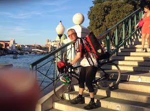 Photo: Fahrräder sind in einer Wasserstadt nicht wirklich nützlich. Bevor wir den Bahnhof erreichen, gönnen wir uns am Canal Grande noch ein leckeres Panino und einen letzten Spritz.