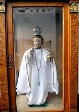 """Photo: A templom """"prágai Kisjézus"""" -a. Öltözéke évközben a liturgikus szineknek megfelelően változik.  http://metropolita.hu/2011/12/karacsonyi-kilenced-a-pragai-kis-jezushoz/"""