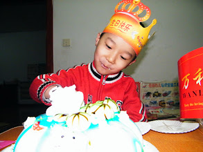 Photo: baby son, warrenzh, 朱楚甲 sliced his cake.