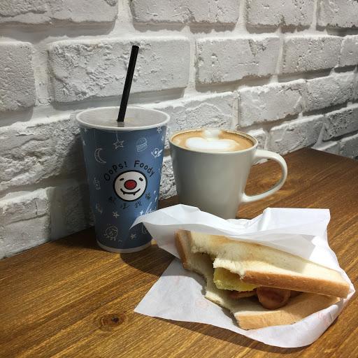環境很舒服的平價早餐店~ 店家很親切用餐起來很愉快🤗 餐點也好吃~拿鐵在早餐店裡算是好喝的了♥️
