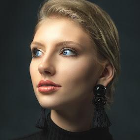 Haley by Sean Malley - People Portraits of Women ( lips, sensual, woman, beauty, young, blonde, model, portrait, girl, eyes )