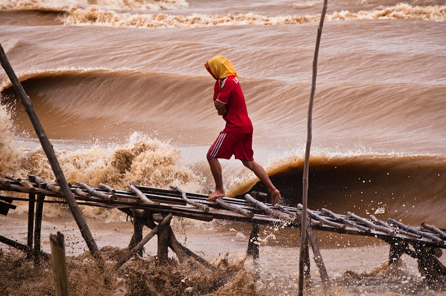 Running From Benak by Muhd  Khairol - News & Events World Events ( water, photojournalisme, wave, man )