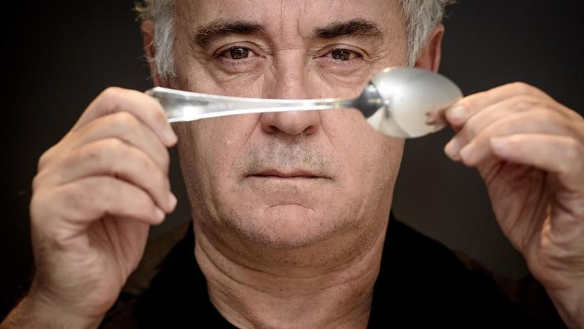 Ferrán Adriá posa para el fotógrafo Juan Sánchez con una cuchara en la sede de CaixaBank en Almería